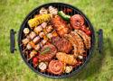 Grillades au barbecue viande poisson brochette légumes
